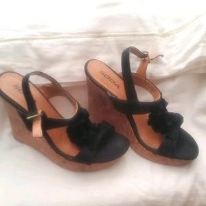 Soda wedges black & tan size 8